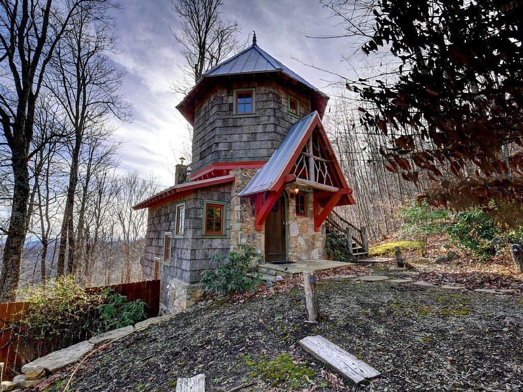 С окна второго этажа, дачного дома в виде замка, будет открываться прекрасный вид на природу
