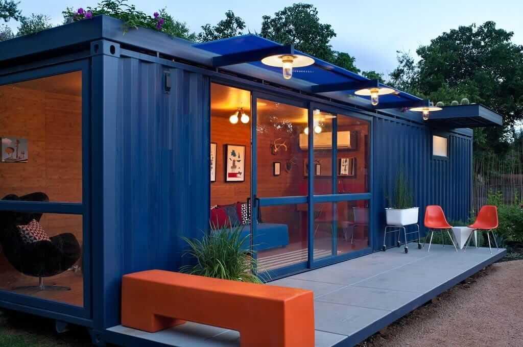 Оригинальный домик из контейнера, оборудованный всем необходимым, для комфортного проживания в нем