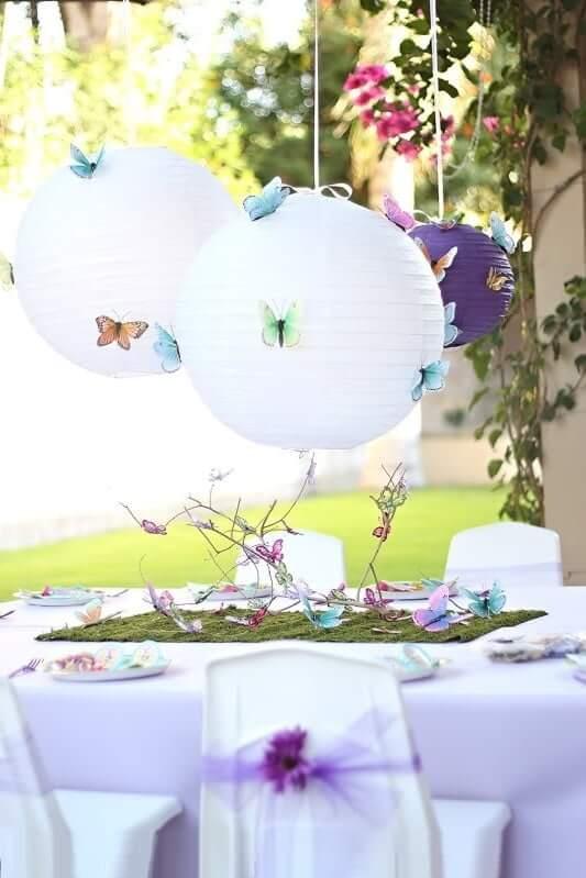 Бумажные плафоны в виде круглых сфер, смотрятся воздушно и грациозно