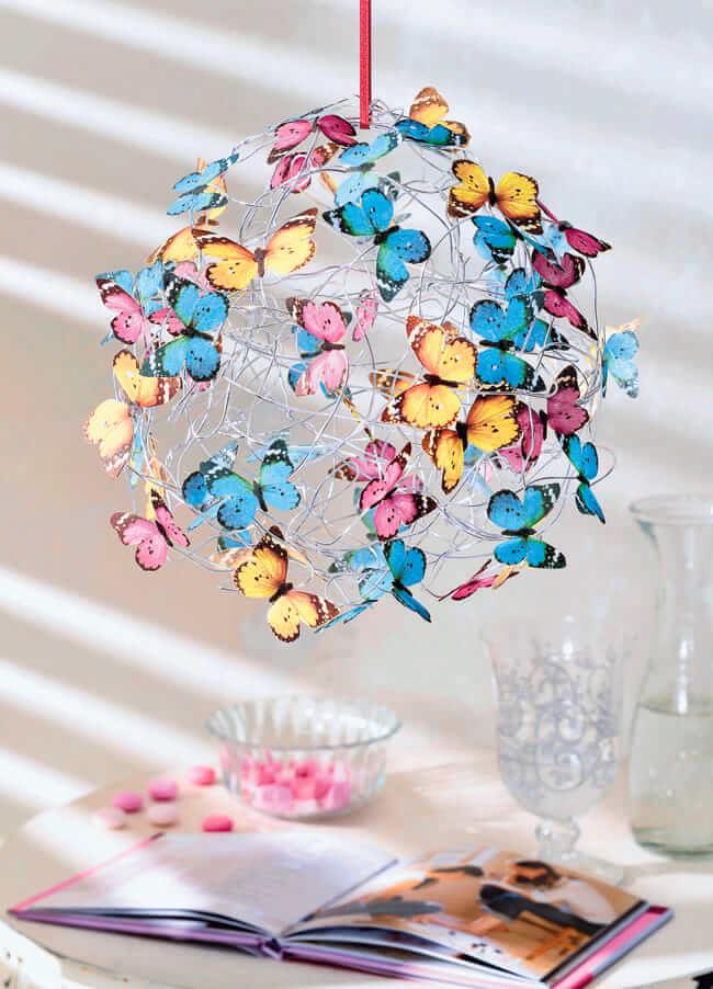 Оригинальный дизайн люстры из мягкой проволоки, декорированный красивыми бабочками