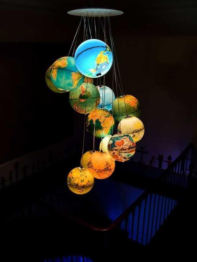 Каскадная люстра из подвесных глобусов