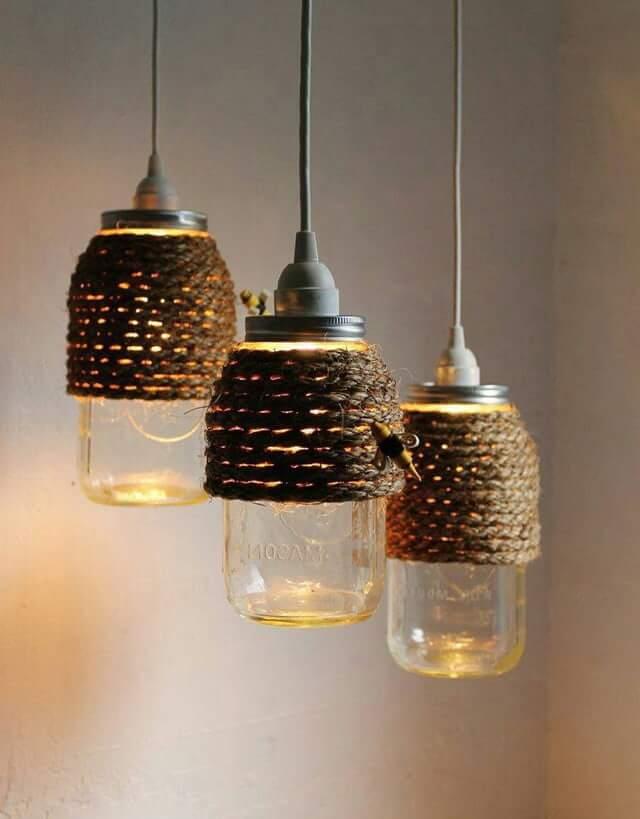Одновременно приглушить яркий свет и украсить светильник можно обмотав его декоративной веревкой