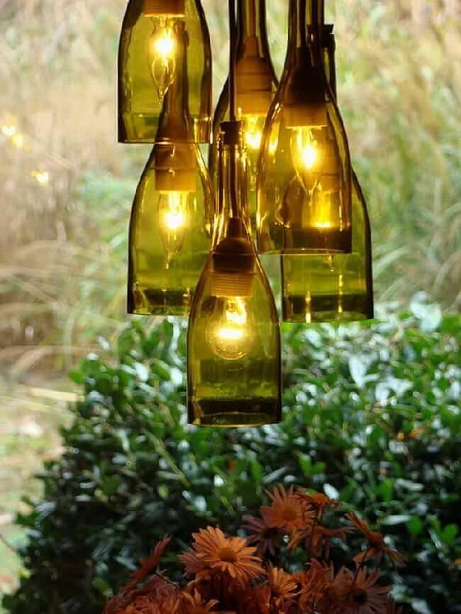 При умелом и грамотном подходе из бутылок можно сделать люстру, которая прослужит вам много лет