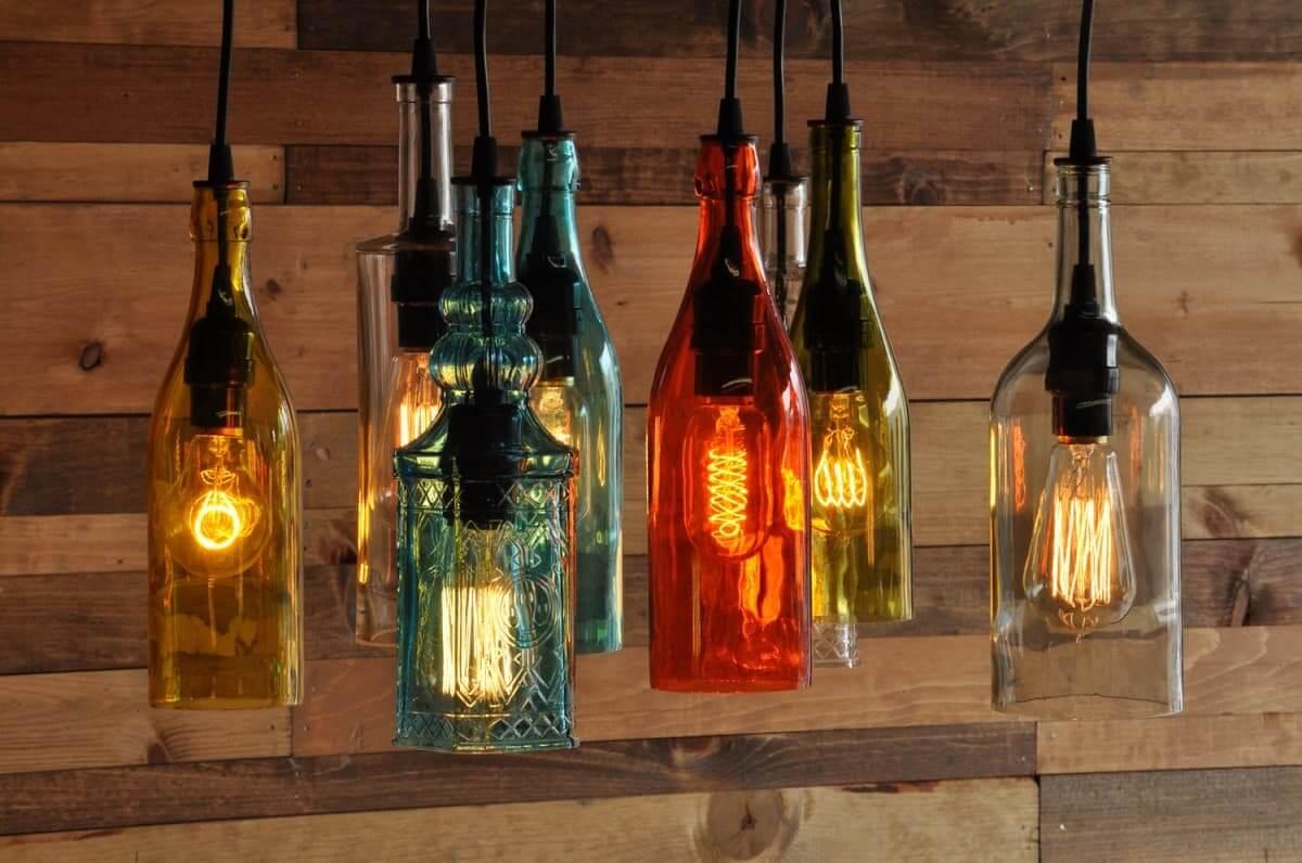 Необычная композиции из стеклянных бутылок
