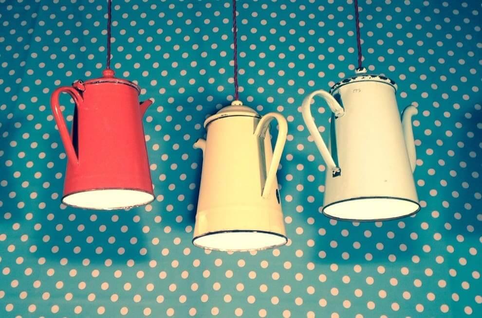 Старый заварник для чая может также сгодится для оригинального осветительного прибора
