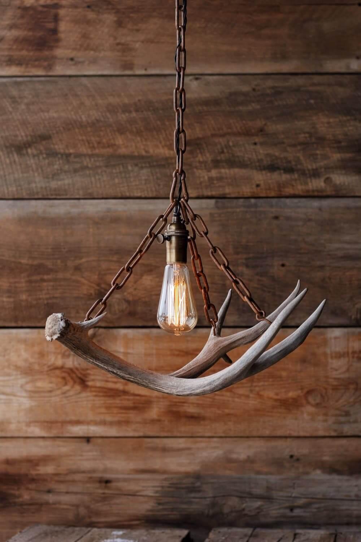 Подвесной светильник из железной цепи и рогов