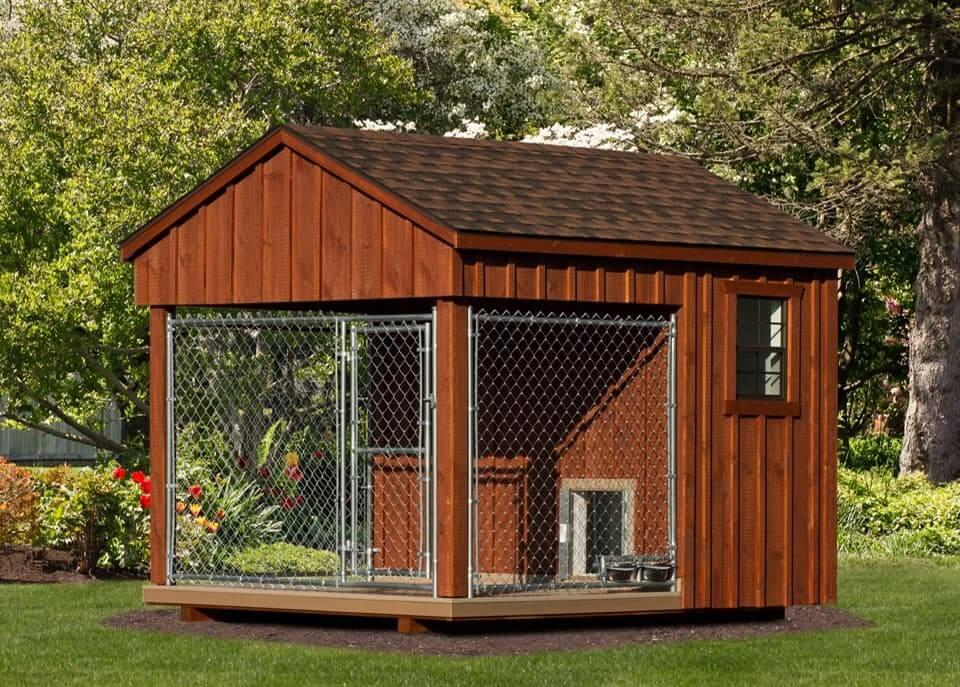 Красивый деревянный вольер для собаки с двухскатной крышей