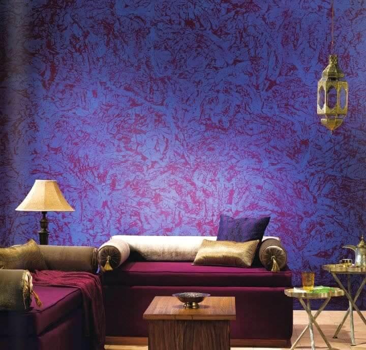 Яркий и эффектный рисунок стены в гостиной