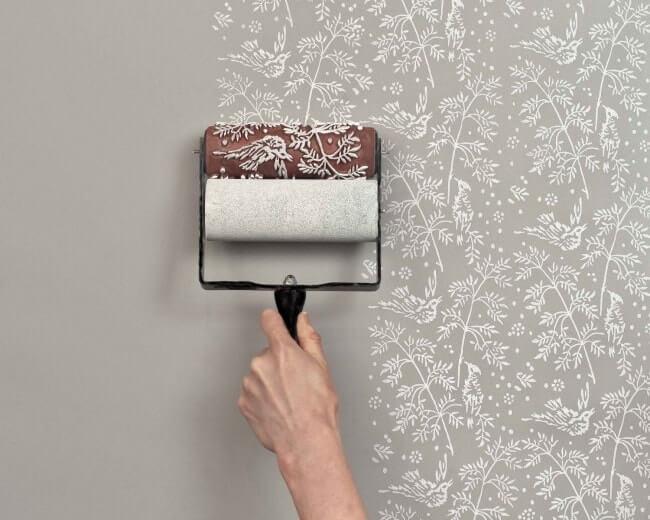 Нанесение на стену штампованного рисунка специальным валиком