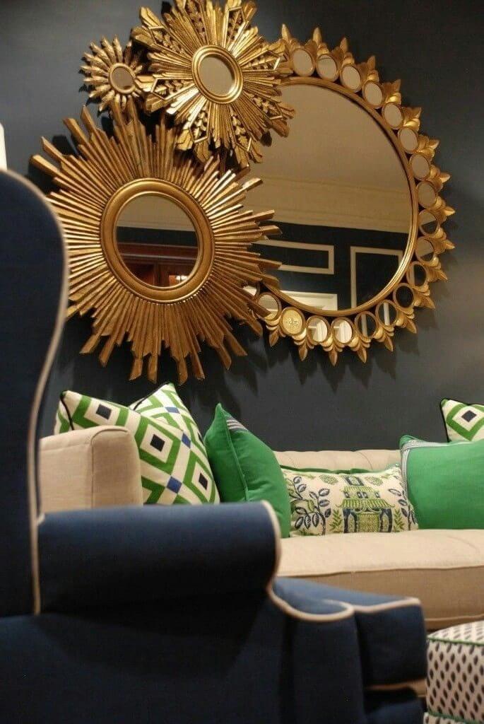 Золотистый цвет прекрасно смотрится на монотонной стене темного оттенка