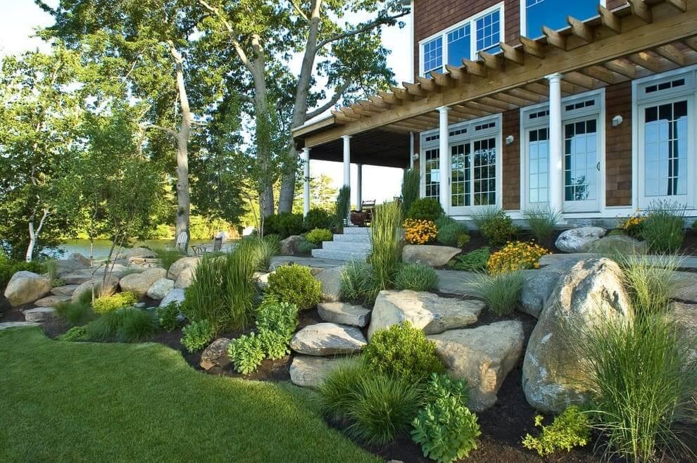 Чтобы дополнить образ террасы, разместите возле неё композицию из камней и вечнозеленых растений