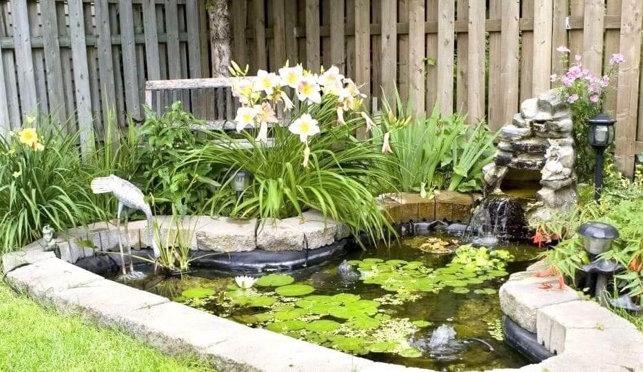 Небольшой водопад добавит вашей водяной клумбе большей изящности