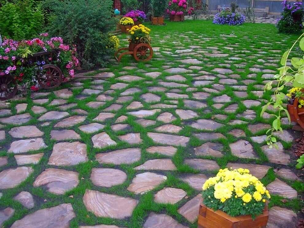 Красивый сад выложенный из камней