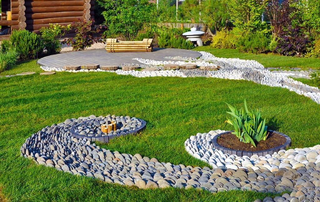 Ручей из камней или гальки будет являться стильным дополнением ландшафтного дизайна