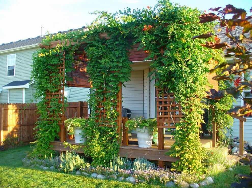 Красивая открытая терраса пристроенная к дому
