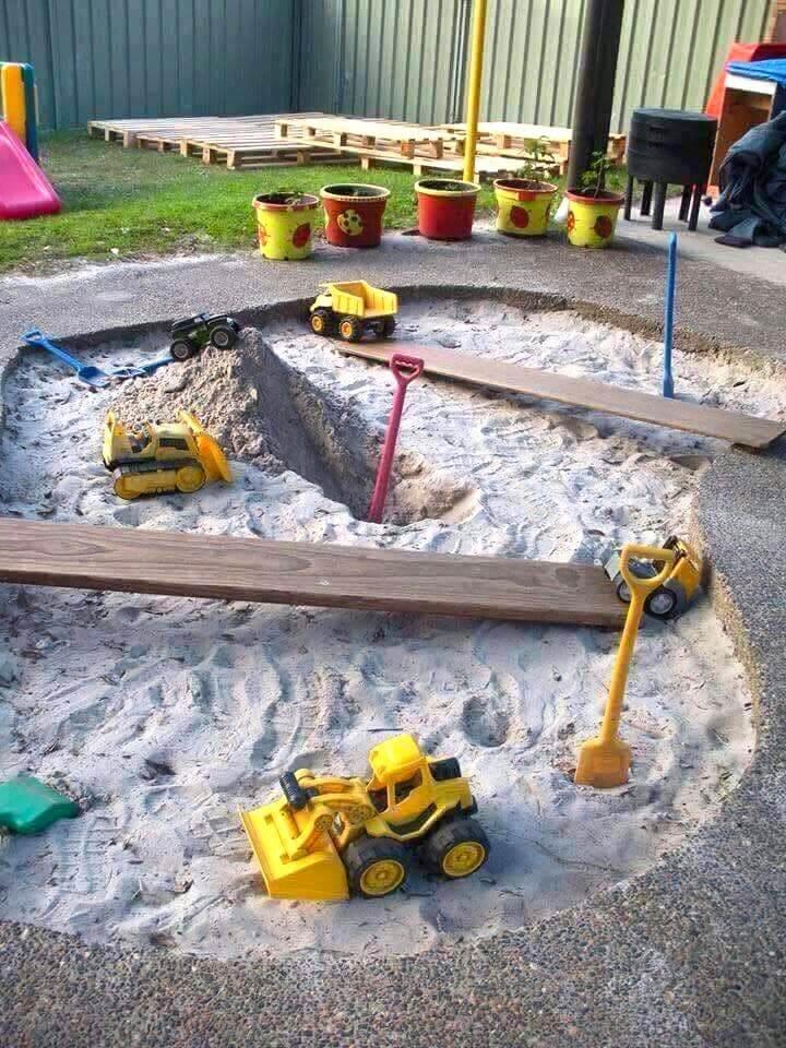 Дети очень любят играть в песочнице, поэтому при возможности постарайтесь организовать её у себя во дворе