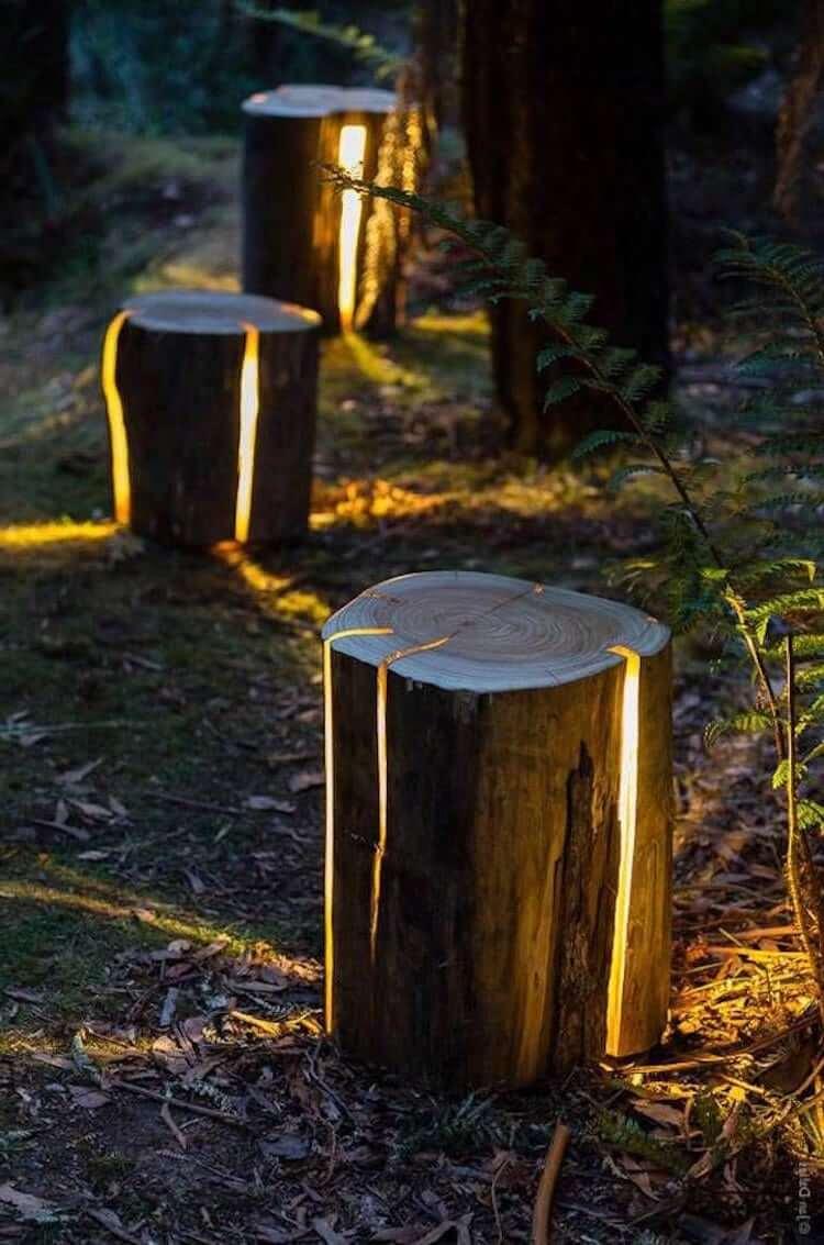 Освещение садовой дорожки светящимися пнями - отличная идея для современного дачника