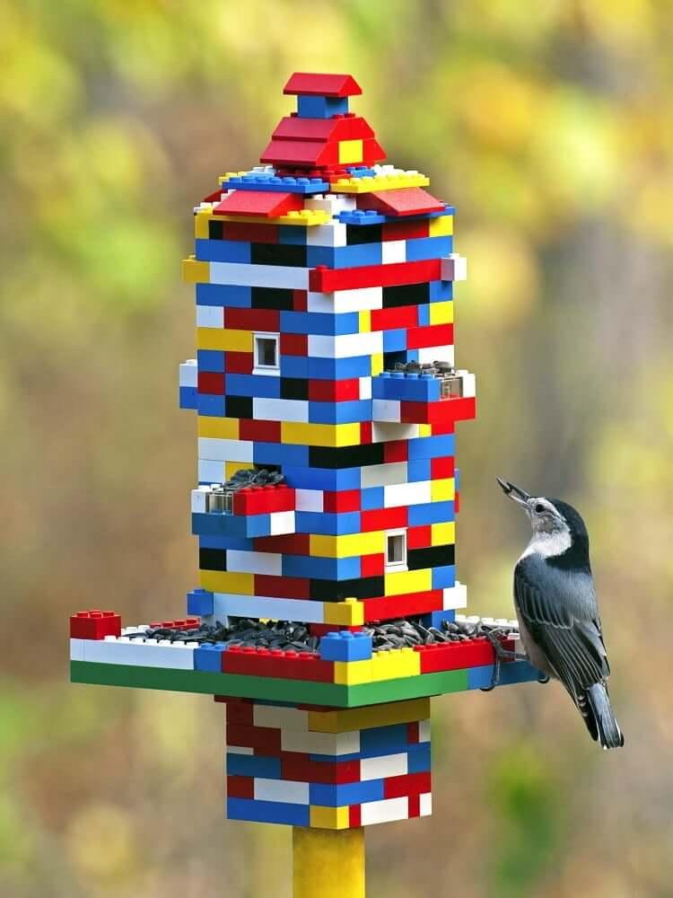 Оригинальная кормушка для птиц из обычного детского конструктора