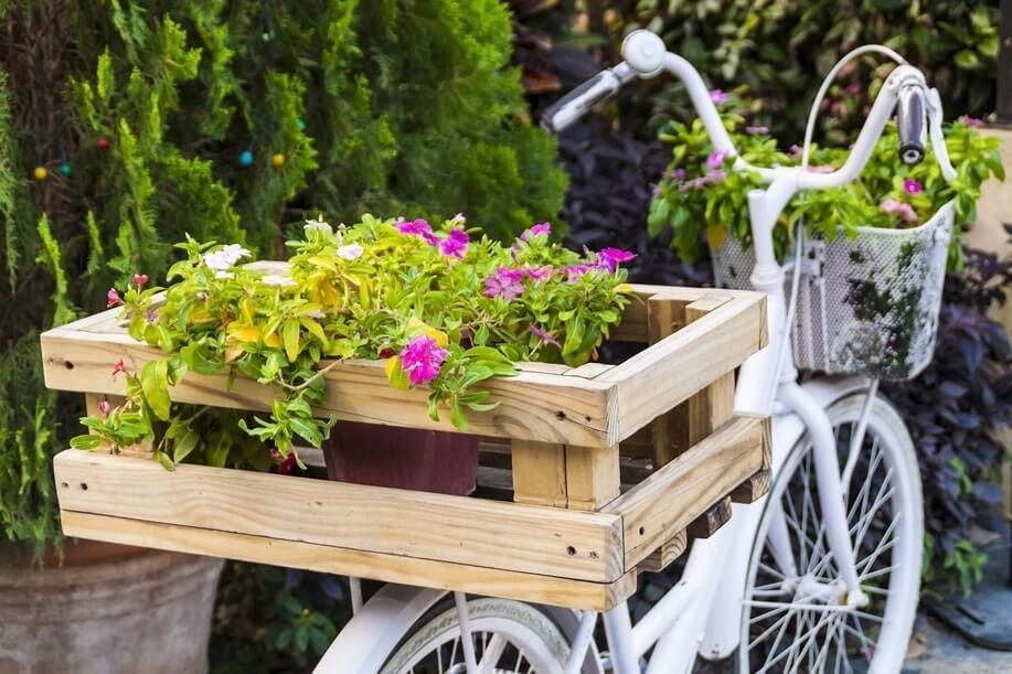 Организовать красивую клумбу можно где угодно, в том числе и на старом велосипеде