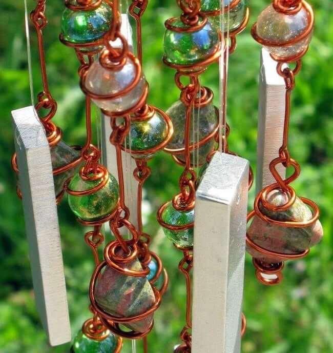 Красивое изделие из медной проволоки, камней и цветных бус