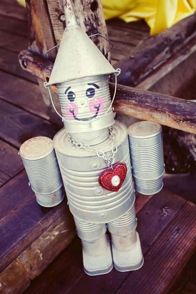 Забавный робот изготовленный из металлических банок