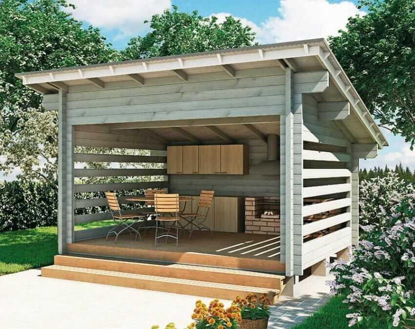 Небольшая деревянная летняя кухня с односкатной крышей