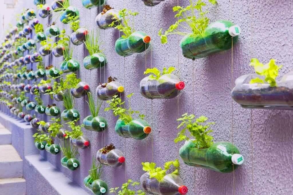 Очень удобно разместить бутылки на стене, так они будут занимать меньше свободной площади
