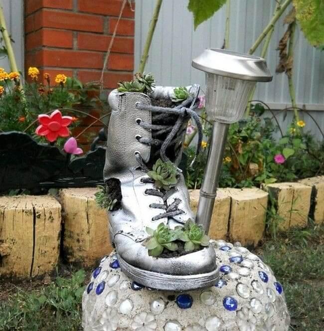 Украсить ботинок с помощью любимых цветов и растений - отличная идея для креативного дачника