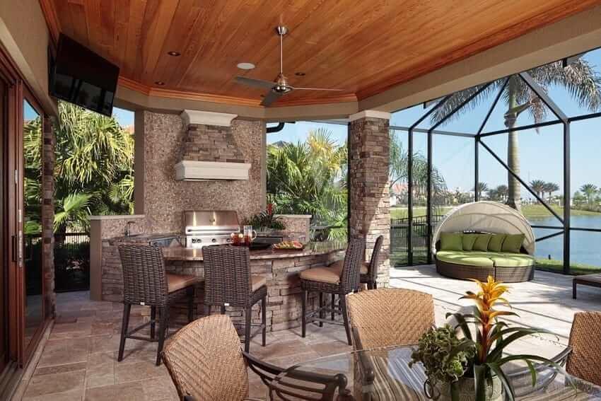 Большие окна от пола до потолка наполнят летнюю кухню ярким светом