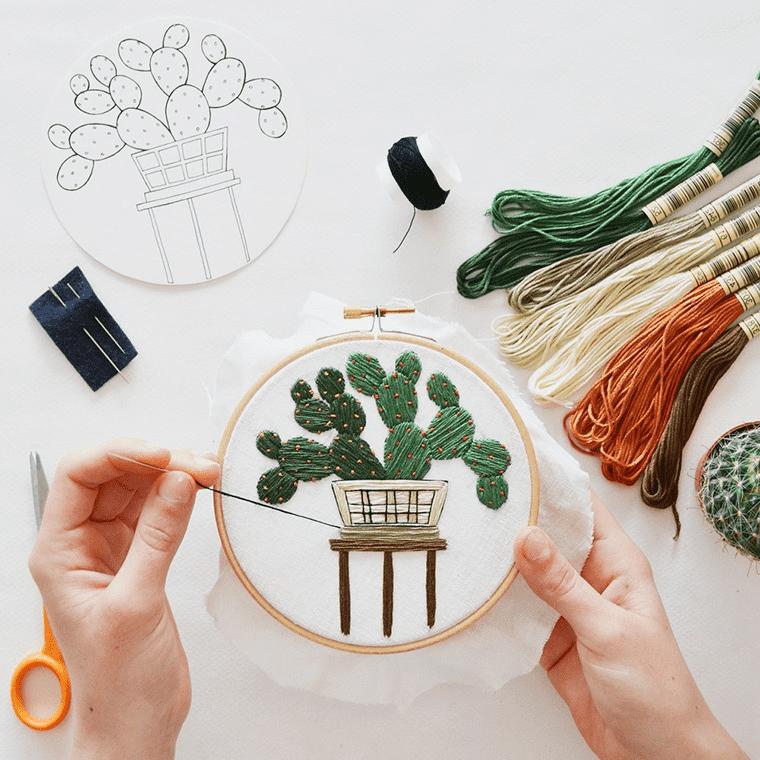При вышивке рисунка в технике свободной глади, длинна и наклон стежек может постоянно меняться
