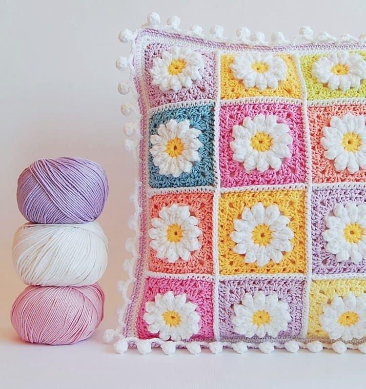 Оригинальная подушка выполненная в теплых пастельных тонах
