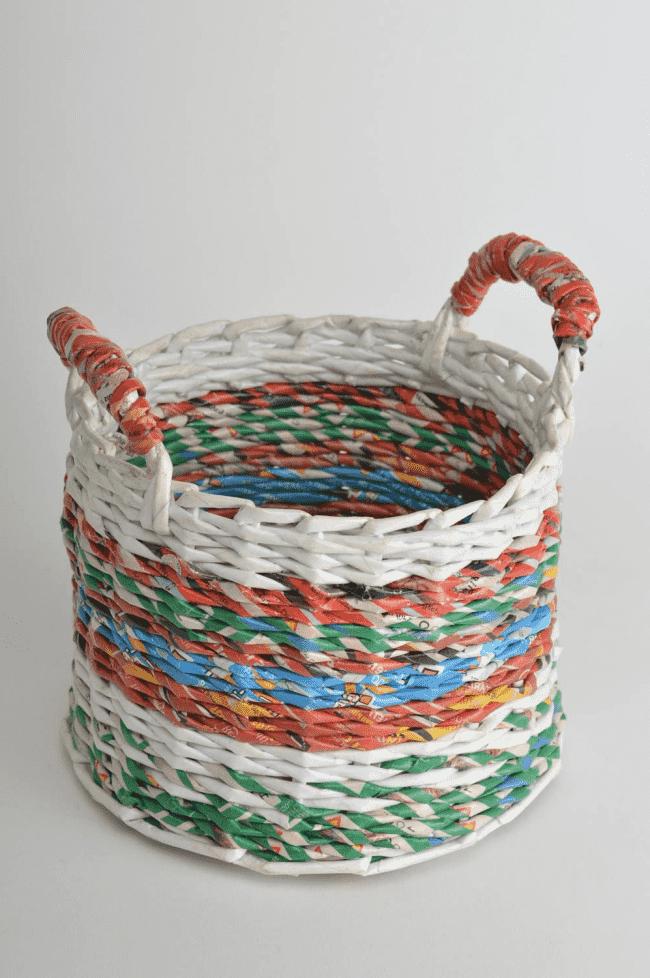 Плетеная корзина из газетных трубочек всегда пригодится в хозяйстве