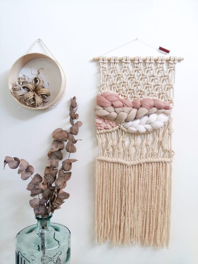 Вязаное панно - хорошая идея для декора стен