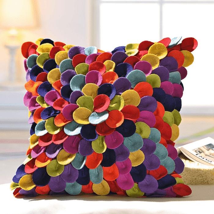 Мягкая подушка из лепестков фетра