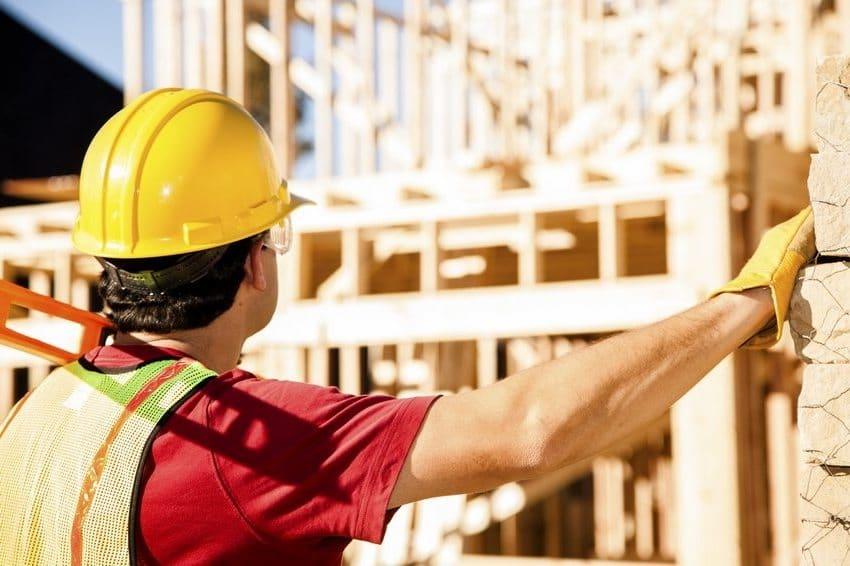 Сборка стен деревянного дома должна проходить под постоянным контролем
