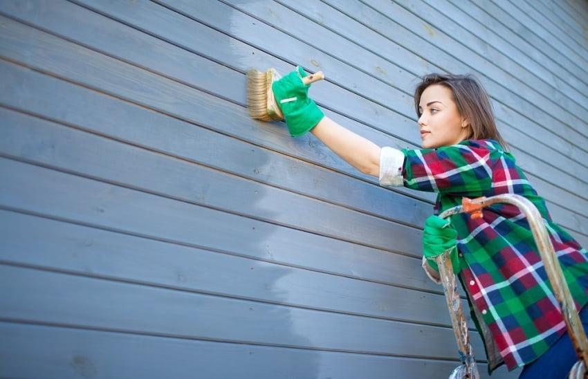 Окраска деревянного фасада должна выполняться исключительно в сухую погоду