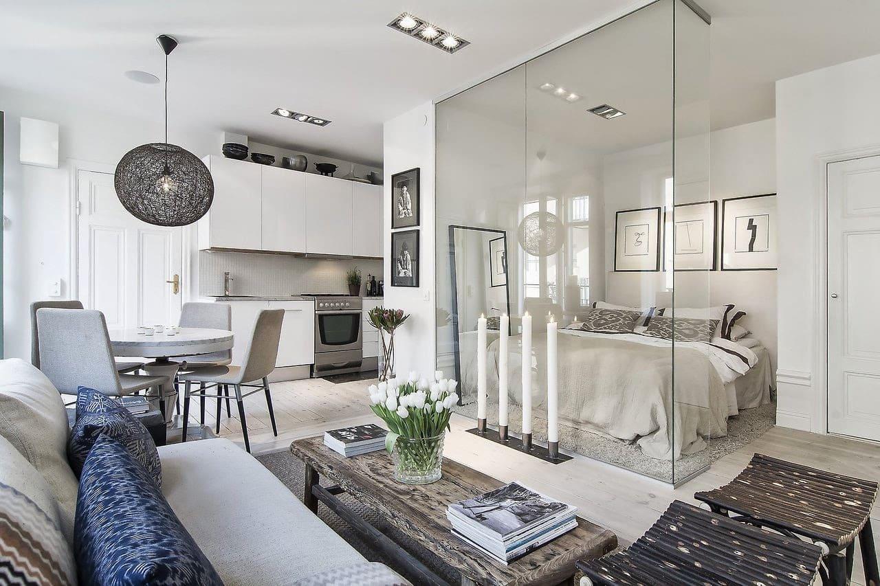Отличное решение зонирования спальни и совмещенной с кухней гостиной с помощью стеклянной перегородки