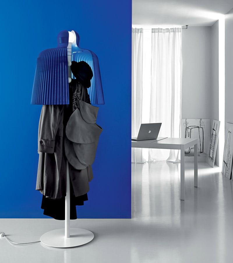 Напольная вешалка со светильником не займет много места в прихожей и одновременно с основной функцией прослужит как элемент декора