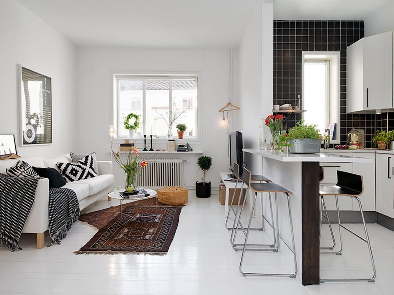 Барная стойка выполняет роль стола и разграничителя между комнатой и кухней