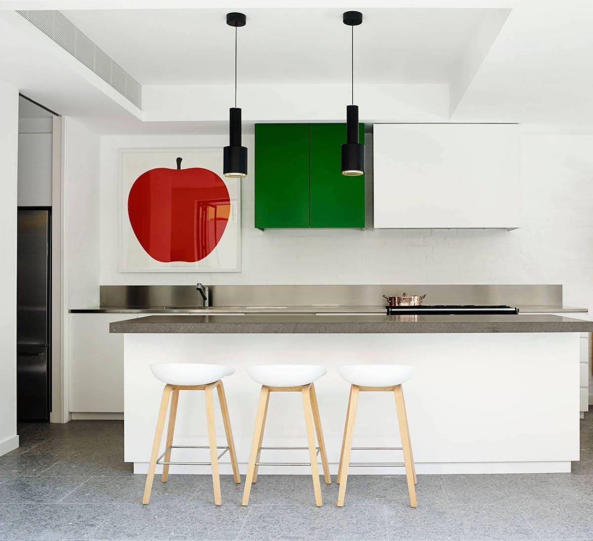 Оживить интерьер светлой кухни помогут яркие детали в виде картины или настенного шкафчика выполненного в другом цвете