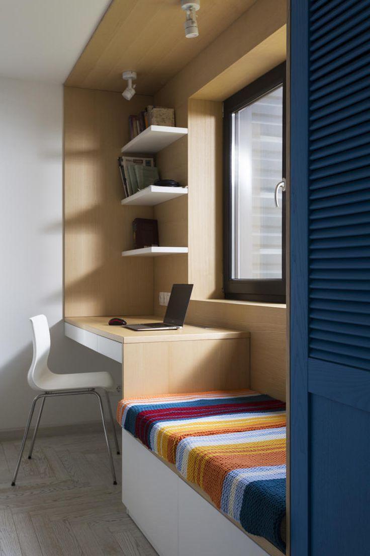 При грамотном подходе, организовать удобное рабочее место можно прямо возле окна, сэкономив тем самым свободную площадь для других нужд