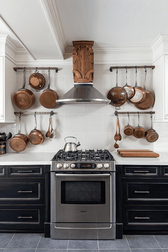 Стильный кухонный гарнитур с эффектной вытяжкой в центре