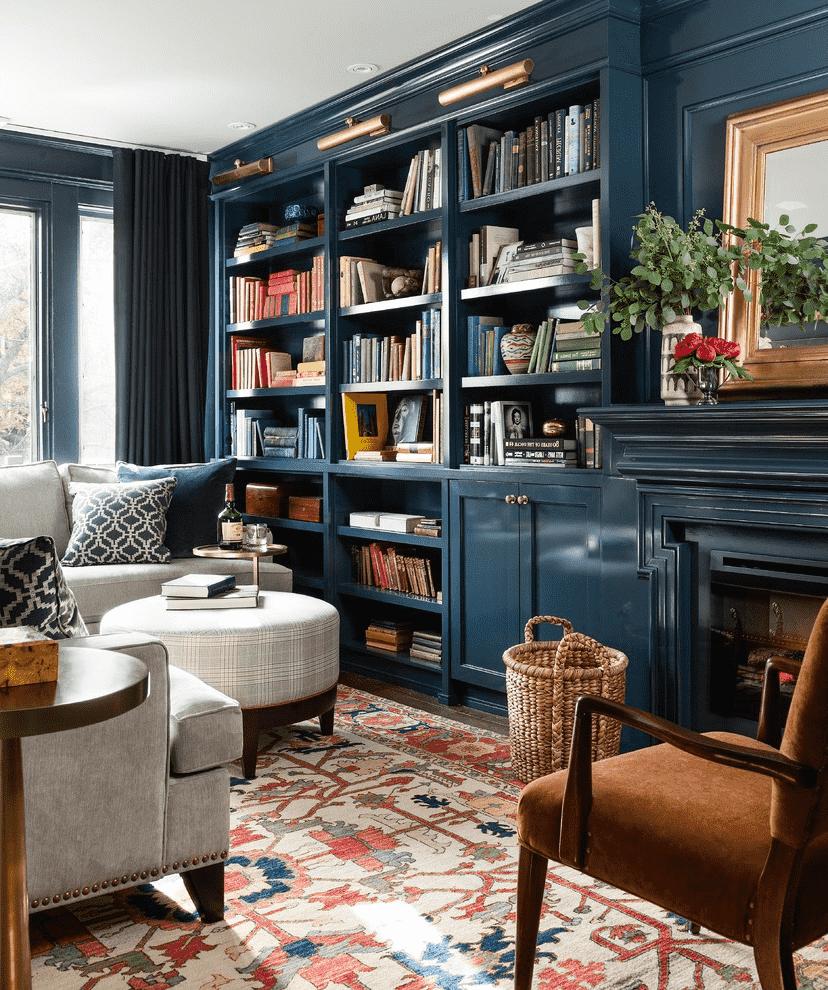 Если площадь хрущевки позволяет, в одной из комнат можно обустроить домашнюю библиотеку