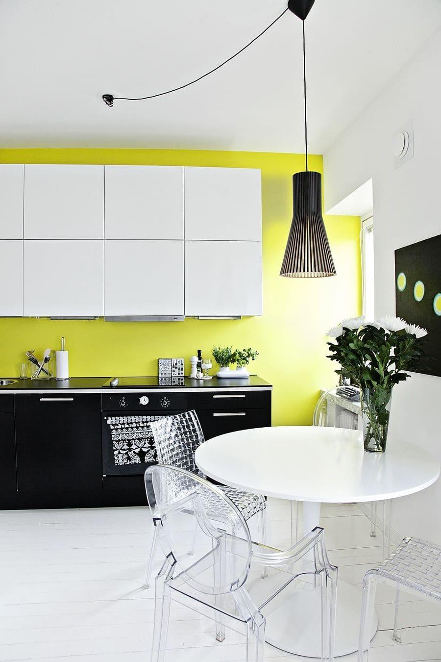 Идеальное сочетание белого, желтого и черного цвета в дизайне кухни