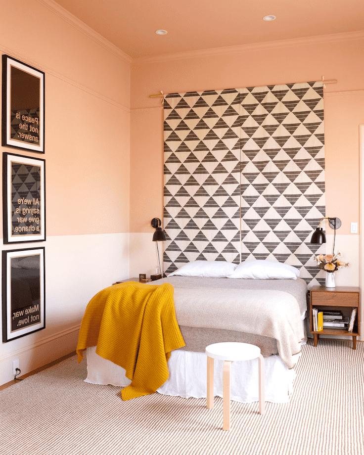 Изящная спальня в нежных персиковых оттенках