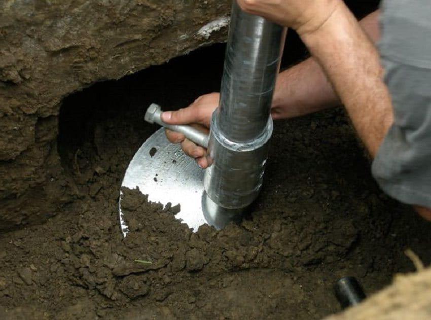 Бурение скважин под столбы проще всего выполнять ручным способом