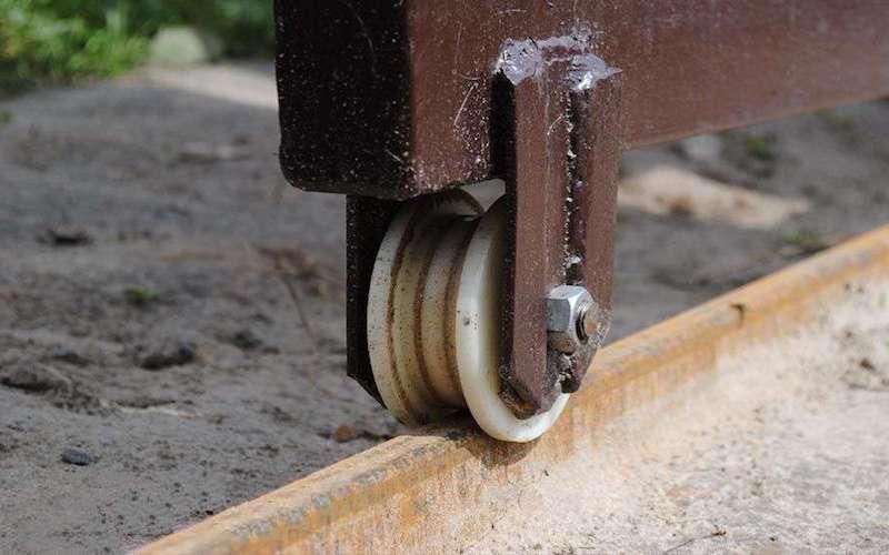 Подвесное воротное устройство рельсового типа