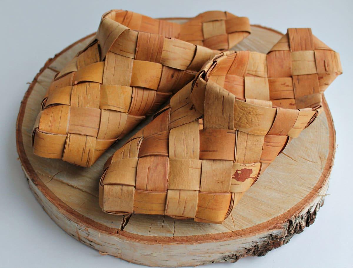Лапти из коры лиственных деревьев станут лучшим подарком для страстных поклонников русской старины