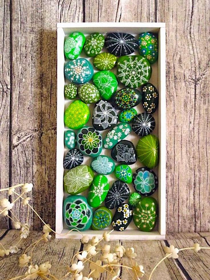 Панно из разноцветных камней