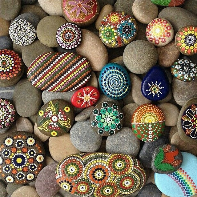 В качестве материала для поделок из камней лучше всего подойдет морская галька, имеющая плоскую форму